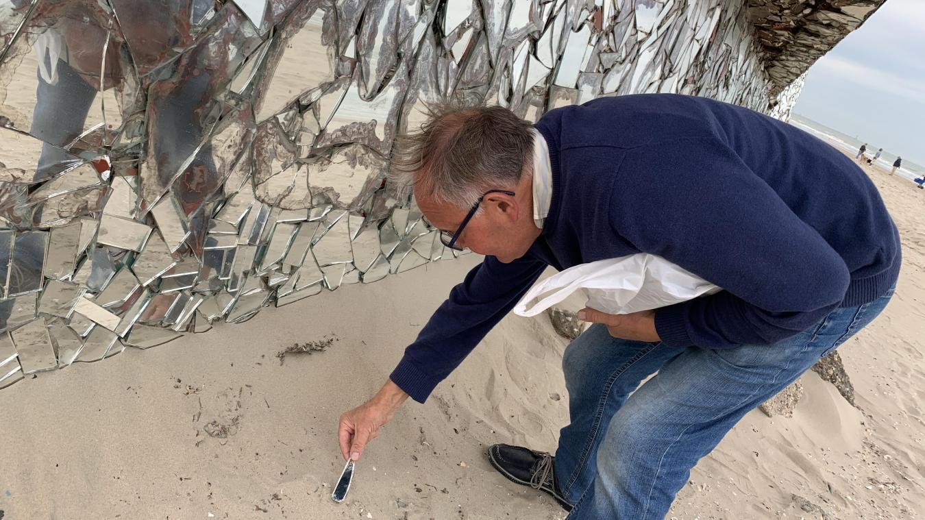 Quand il se rend au pied du blockhaus-miroir, Patrick découvre régulièrement des morceaux de verre, détachés de l'œuvre et enfouis dans le sable.