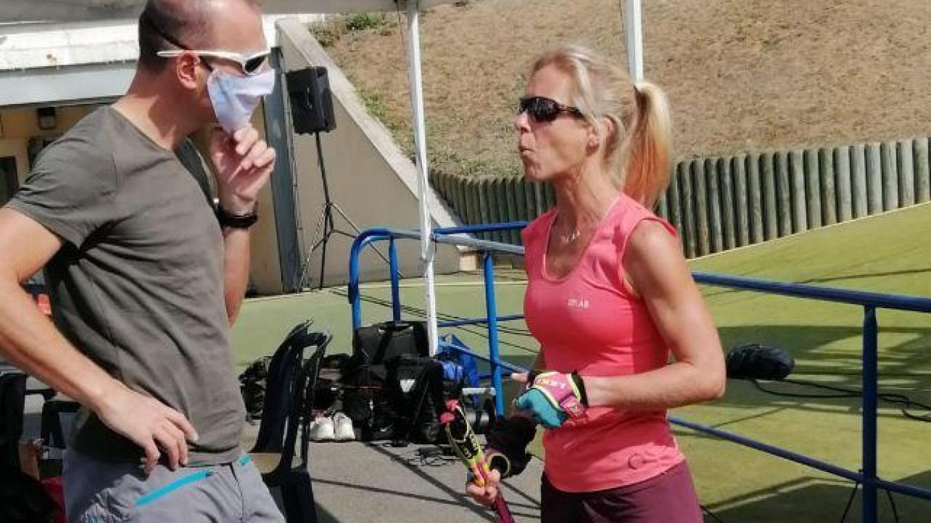Élise Delannoy a écouté les derniers conseils de son mari avant de s'élancer pour 16 572 mètres de dénivelé positif et 144,8 km.