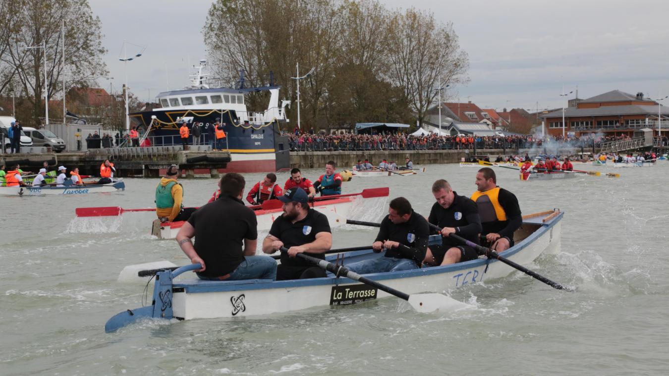 Chaque année, la joute à canotes attire des milliers de spectateurs sur les bords de la Canche, à Étaples-sur-Mer.