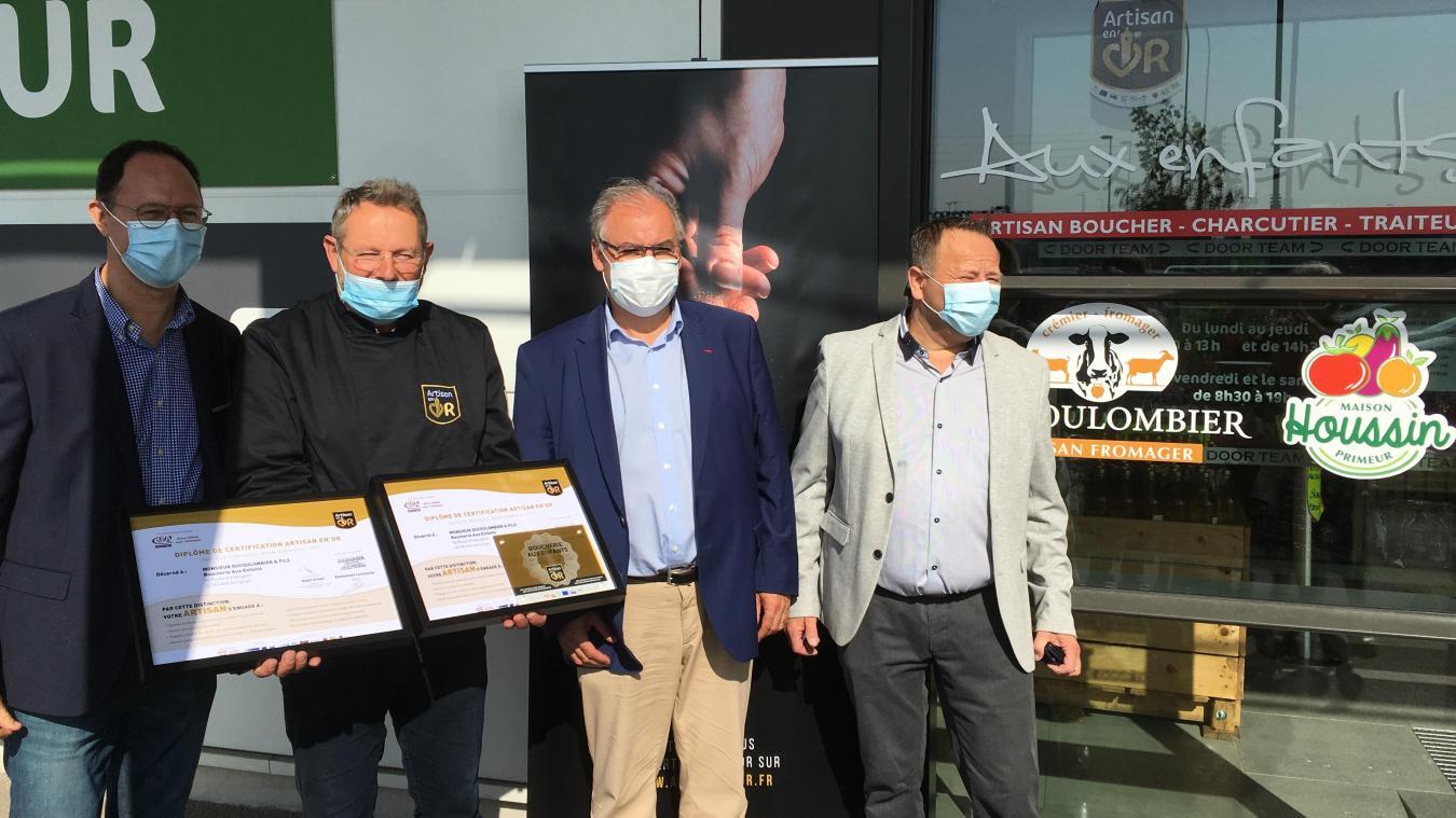La remise des deux « Artisan en'Or », vendredi 18 septembre, autour du chef d'entreprise, à sa droite les représentants de la Chambre des métiers et de l'artisanat, à sa gauche, l'adjoint au maire.
