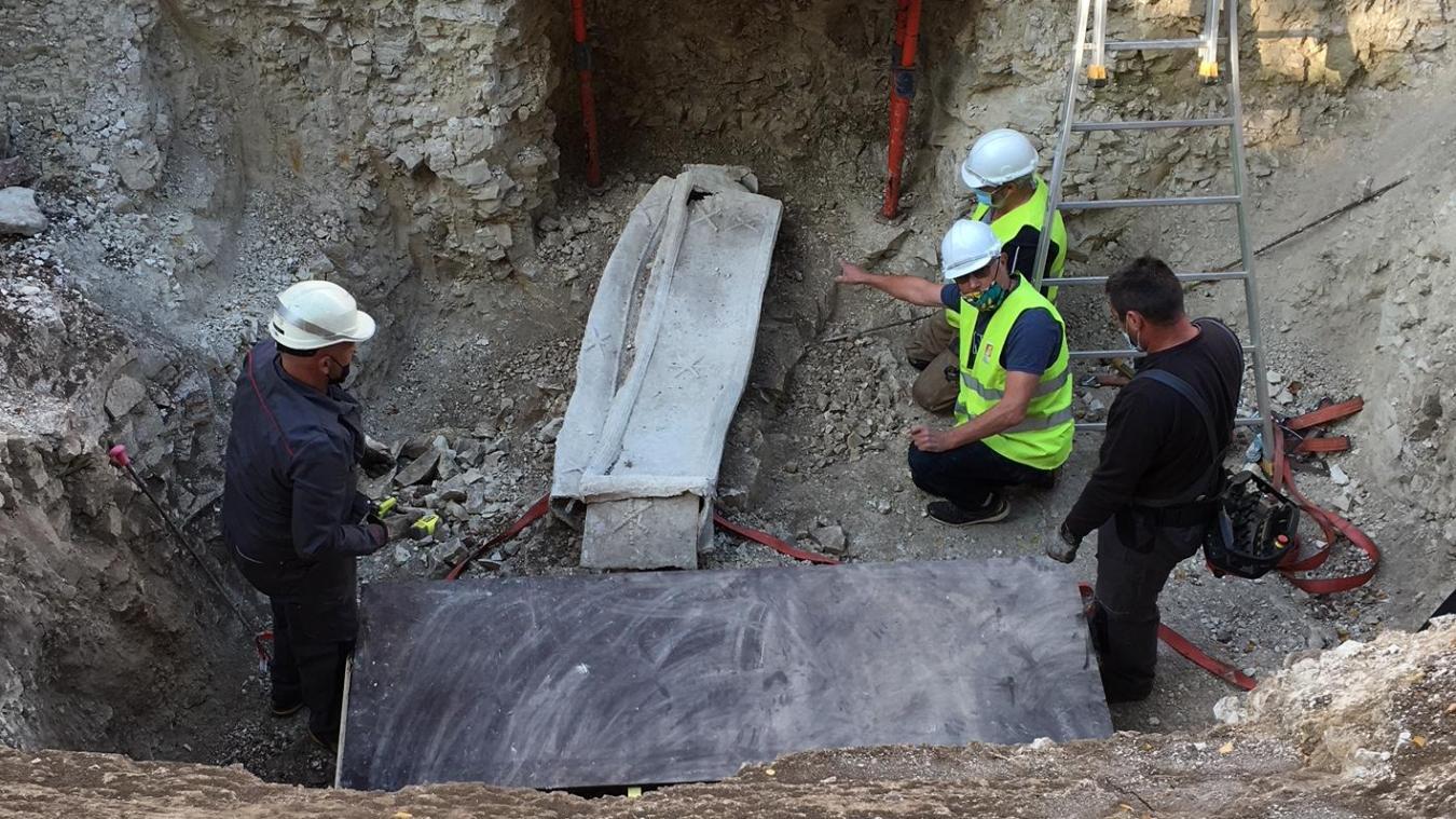 À Arras, un sarcophage de 400 kilos vient d'être sorti de terre