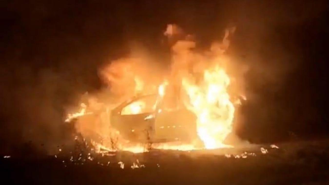 Des voisins ont vu la voiture brûler.