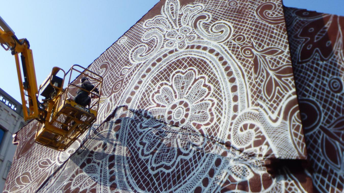 La fresque réalisée par NeSpoon recouvre tout un pan de mur.