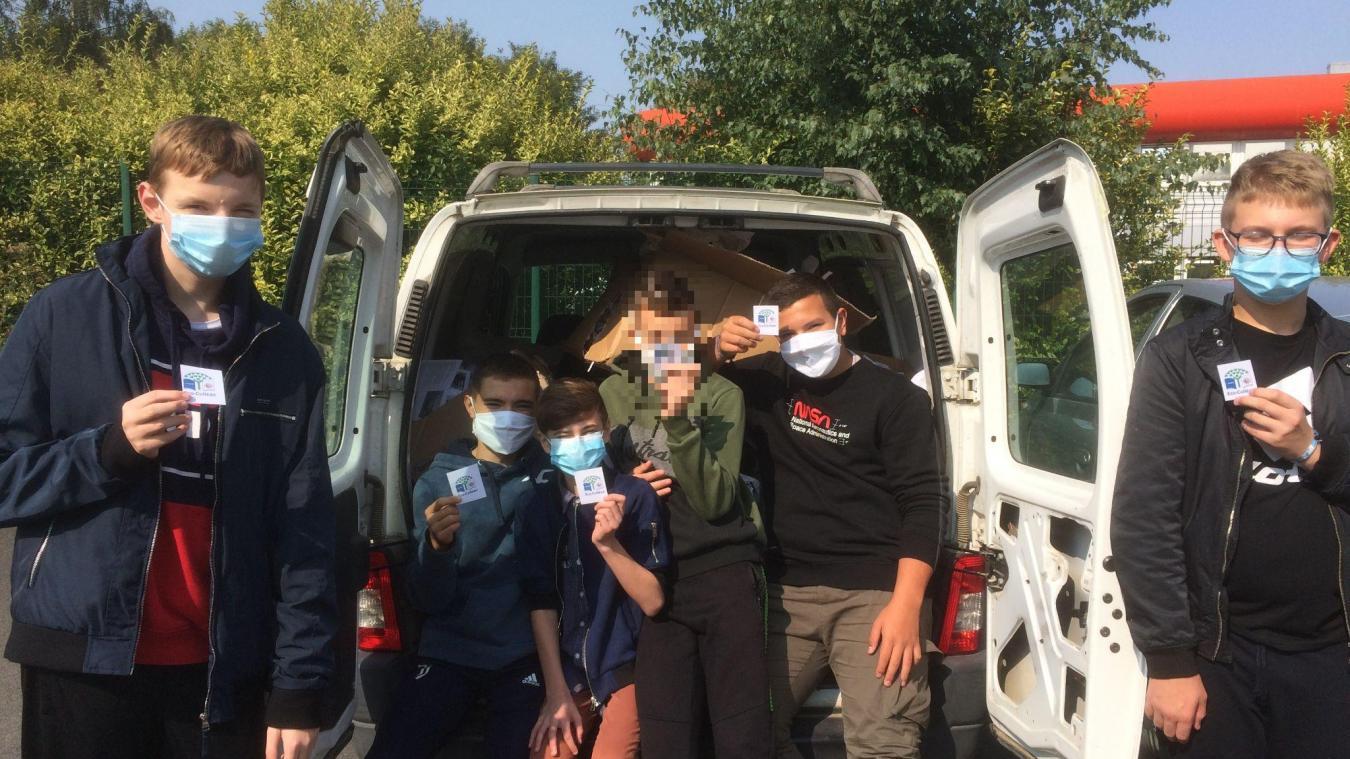 Ces élèves de 3 e  du collège se sont portés volontaires pour charger du papier à recycler de l'établissement. Une action qui rentre dans le dispositif Eco-collège.