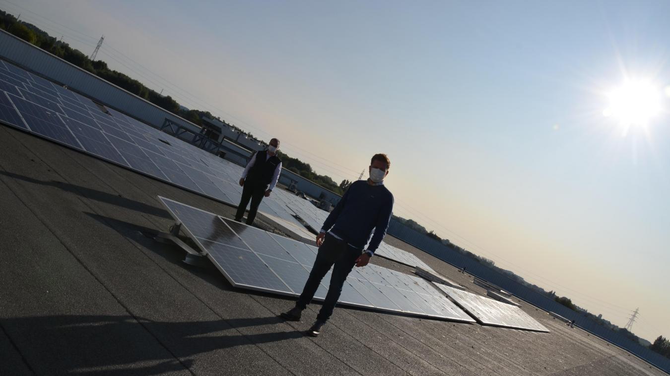 Clément Leroy, PDG du E.Leclerc d'Aire-sur-la-Lys, sur le toit de son hypermarché... et sous le soleil qui arrose ses panneaux solaires offrant de l'énergie vitale au magasin.