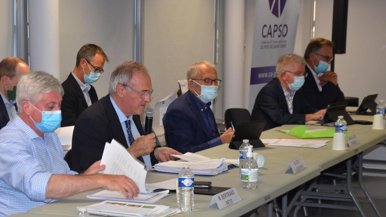 Au premier plan, Bertrand Petit et Joël Duquenoy, respectivement vice-président à l'action économique et président de la Communauté d'agglomération du Pays de Saint-Omer (Capso).