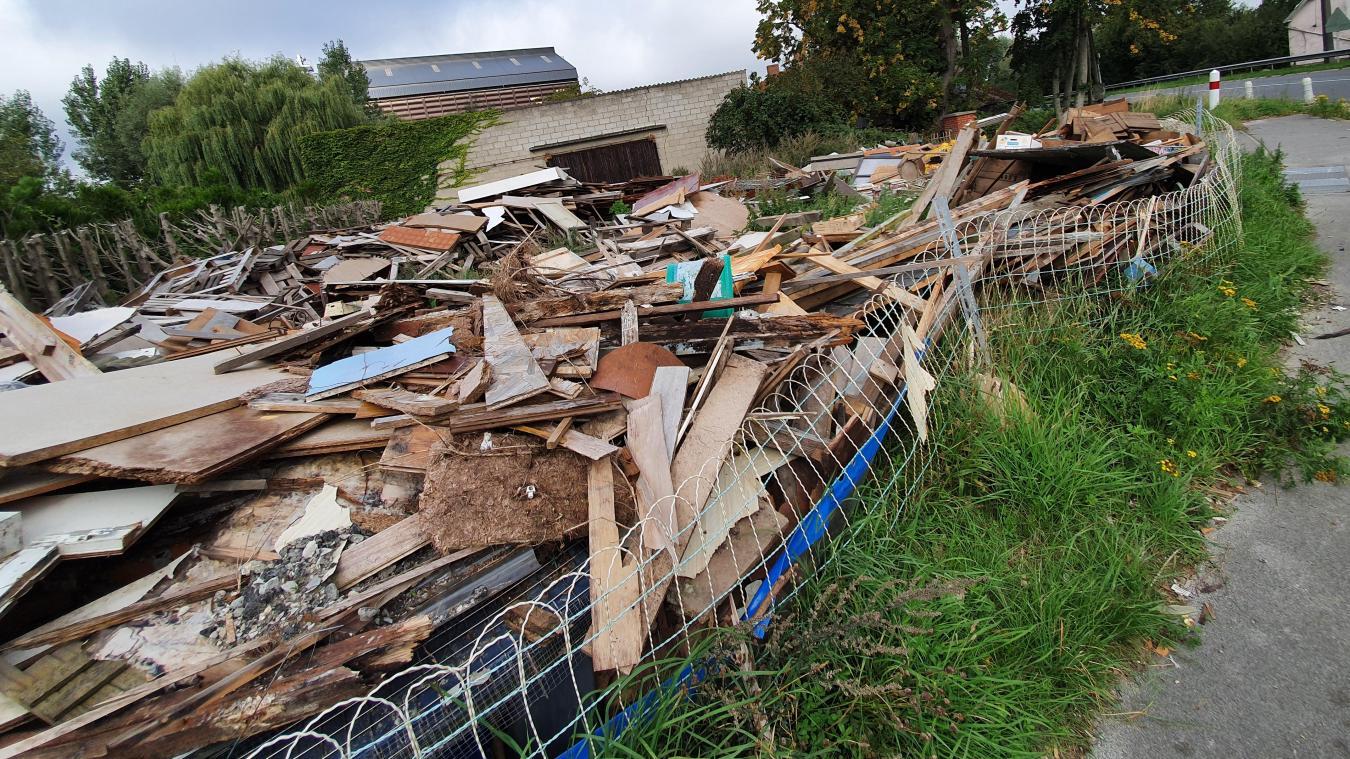 Depuis quelques mois, un amas de bois et d'objets occupe un terrain privé. Des riverains se plaignent de la situation.