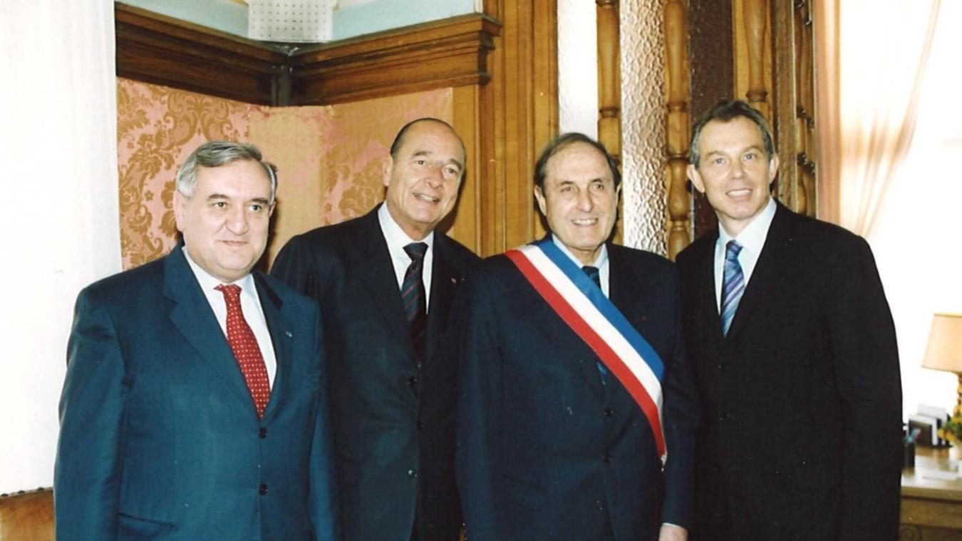 De gauche à droite : Jean-Pierre Raffarin (premier ministre), Jacques Chirac (Président de la République), Léonce Deprez (député maire du Touquet) et Tony Blair (Premier Ministre Britannique). Une rencontre qui avait eu lieu le mardi 4 février 2003 dans la salle des mariages de l'hôtel de ville du Touquet.