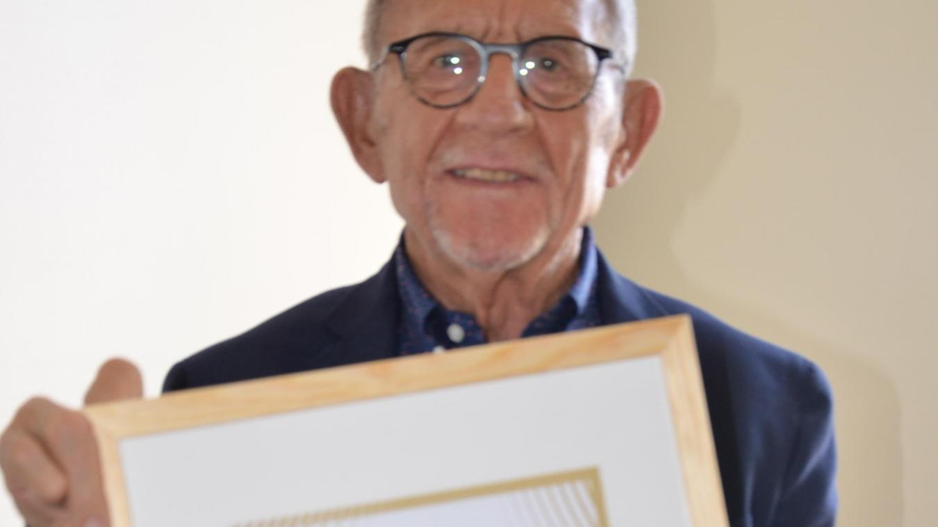 Jean-Claude Dissaux brandit le précieux, et prometteur, label Terre de Jeux 2024.