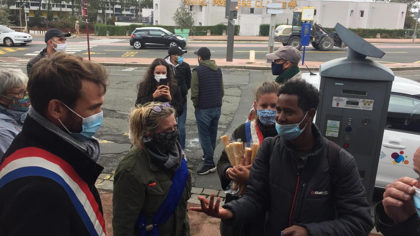 Calais : des députés viennent distribuer illégalement de la nourriture aux exilés