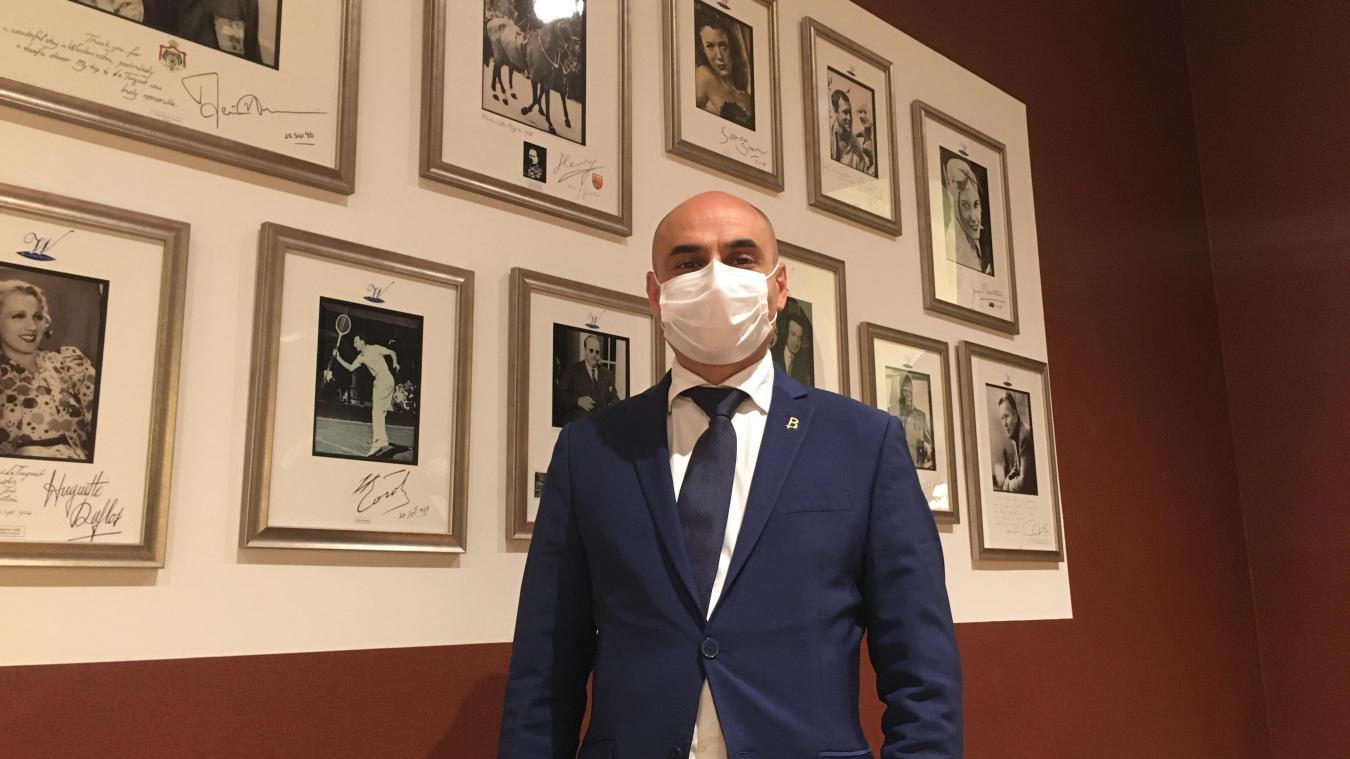 John Banizette, directeur de l'hôtel touquettois Le Westminster, ici devant l'incontournable galerie de portraits.