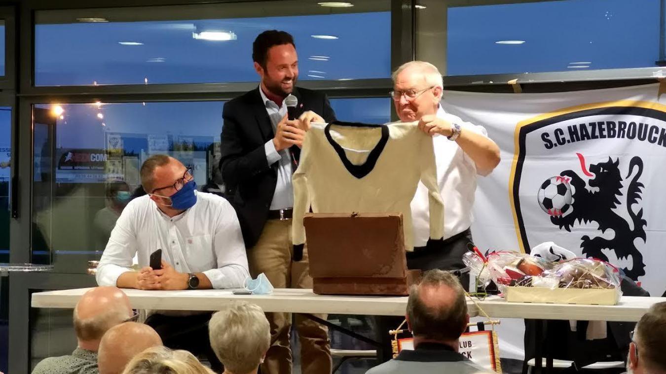 Pour sa dernière assemblée générale, Jacques Claeys a reçu la médaille de la ville et une tenue du club datant des années 20.