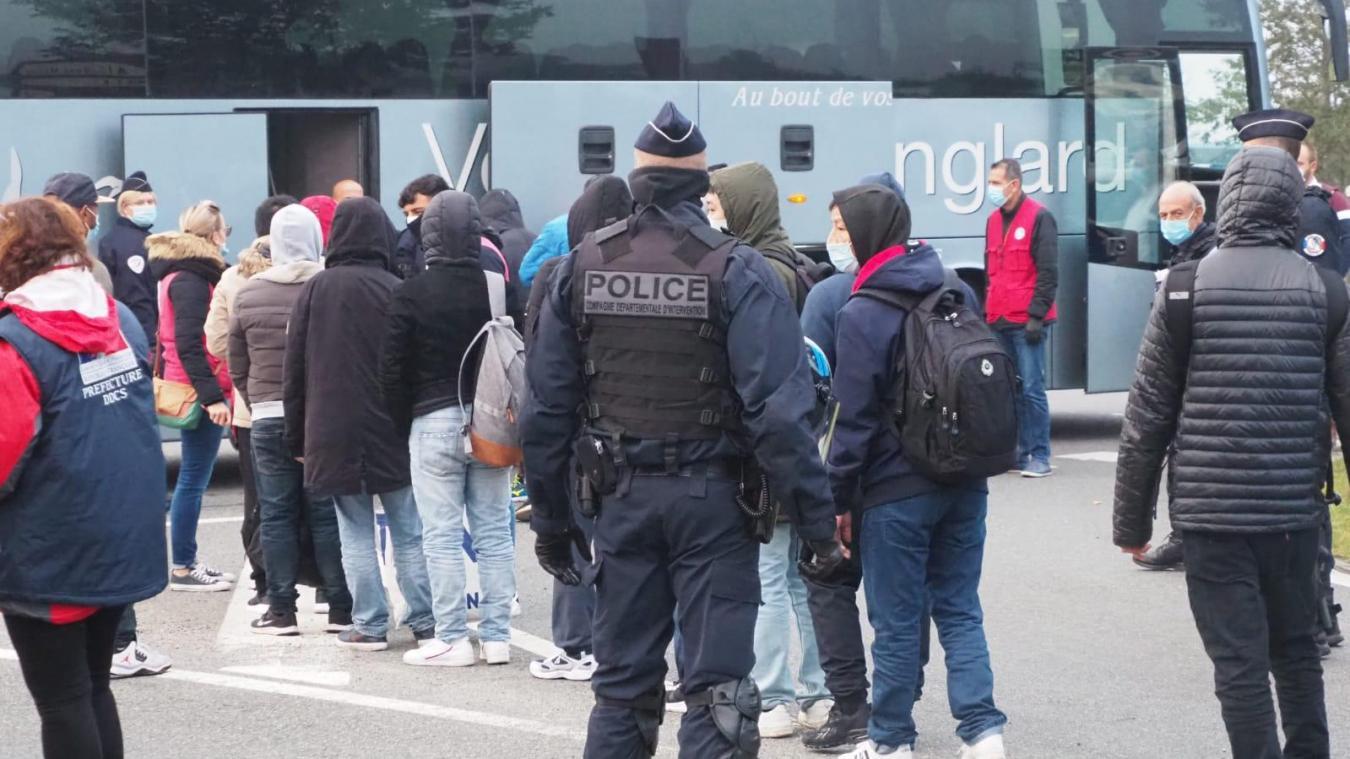 Démantèlement en cours au Virval à Calais: entre 700 et 800 migrants doivent quitter la zone (photos + vidéo)