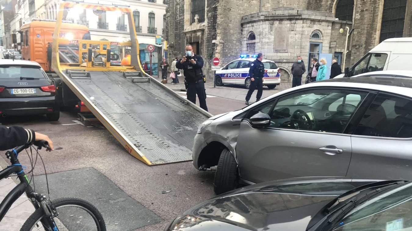 Le conducteur a embouti plusieurs véhicules.