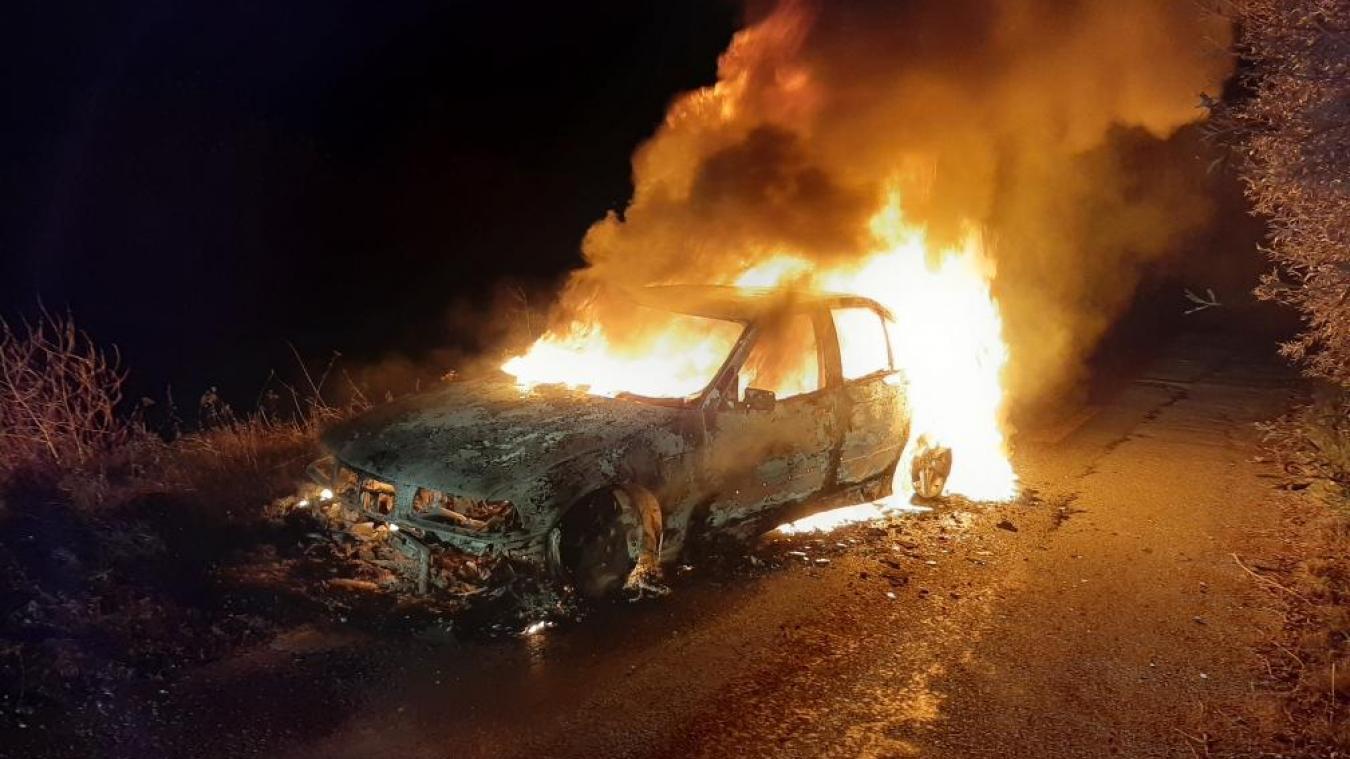 La voiture a été entièrement détruite durant la nuit de mardi à mercredi.
