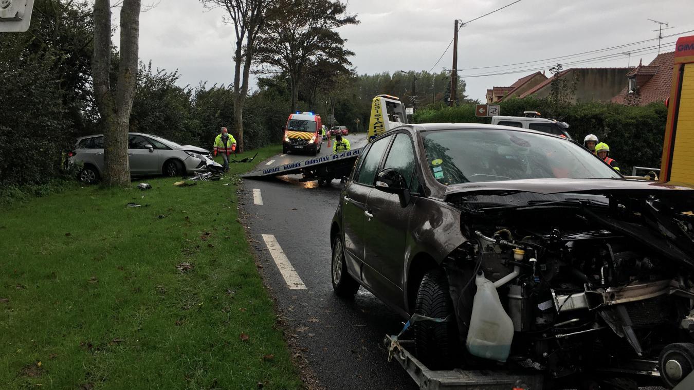 L'état des voitures témoigne de la violence du choc.