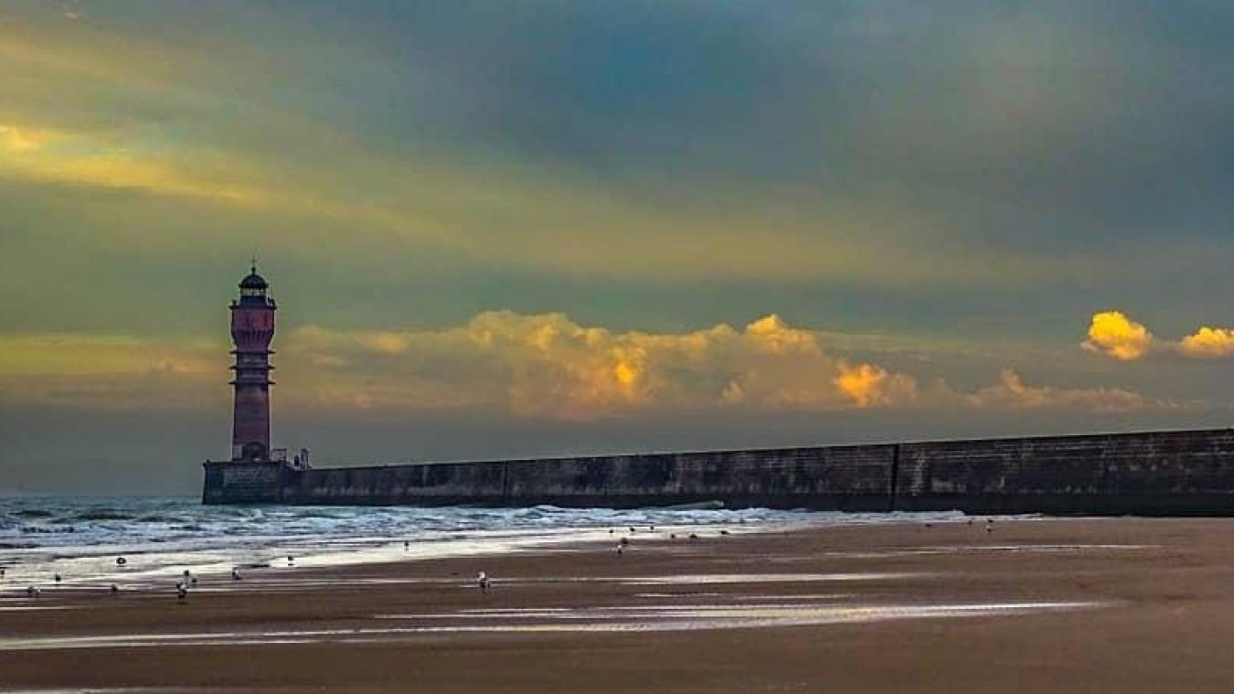 Situé au bout de la jetée ouest de Dunkerque, sur un musoir, le feu de Saint-Pol domine le paysage et son architecture, classe art déco, le rend unique. © Philippe Declercq
