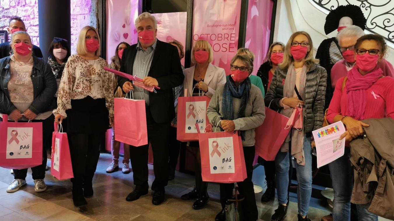 Le hall d'entrée de l'hôtel de ville s'est paré de rose pour l'occasion. Ici, photo des participants et organisateurs de l'opération Octobre Rose à Boulogne.