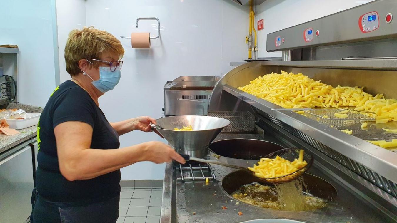 Doris Delbois a le coup de poignet pour remuer les frites à la sortie de l'huile.