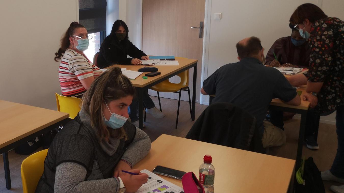 Dans les nouveaux locaux de L'instep, partagés avec Pôle Emploi, des stagiaires participent à un cours de la formation Lire, écrire, agir.