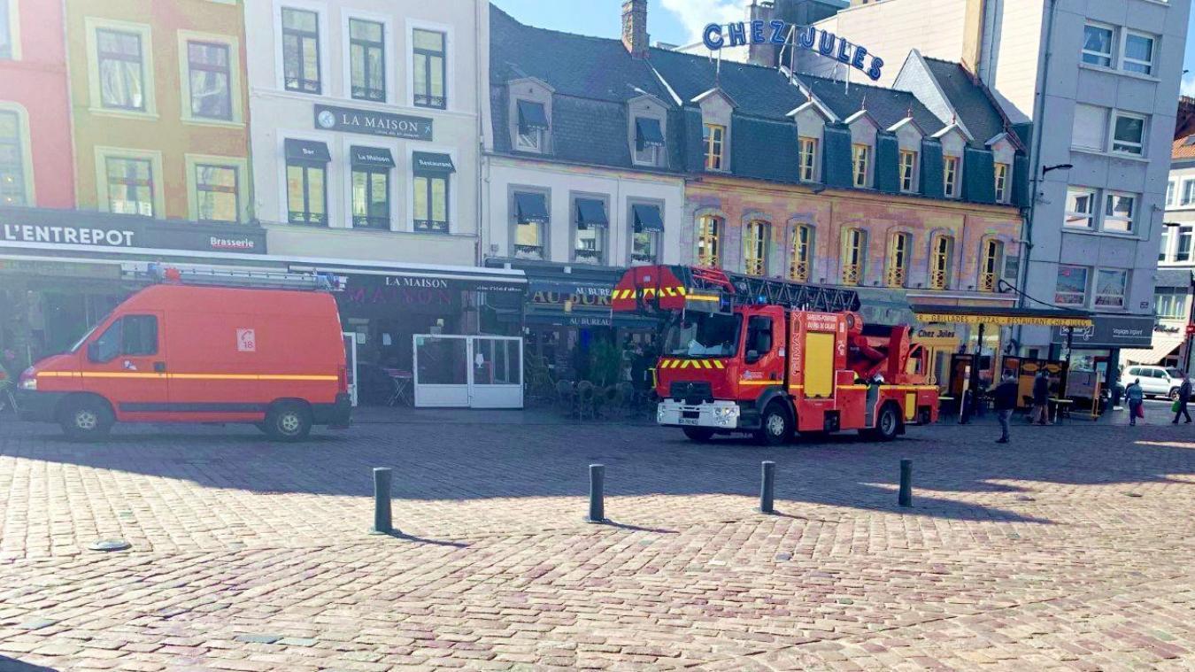 Les sapeurs-pompiers de Boulogne-sur-Mer sont intervenus place Dalton, à l'aide d'un VTU (véhicule tout usage) et de la grande échelle.