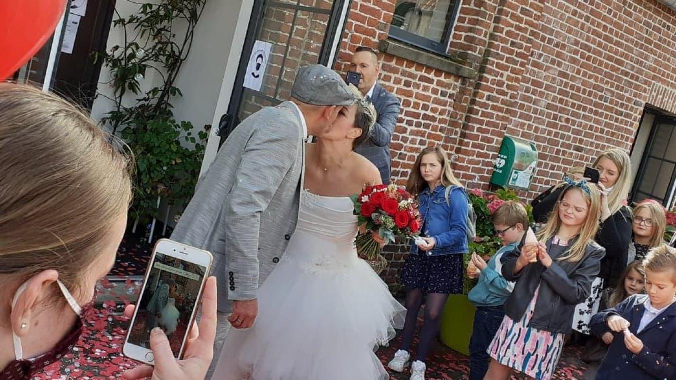 Grâce à Facebook, les proches du jeune couple ont suivi la cérémonie en direct et partagé le bonheur des amoureux.
