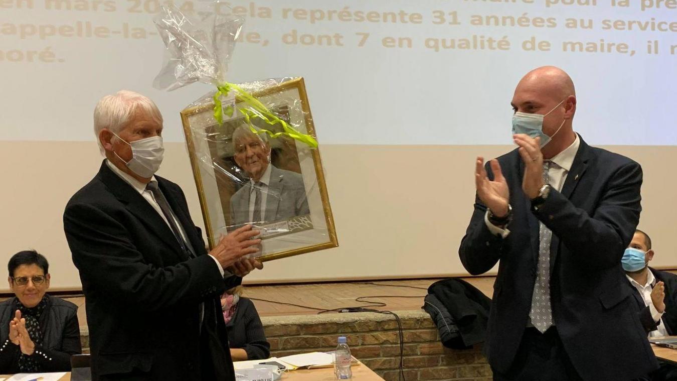 Le nouveau maire, Julien Gokel, a nommé Léon Devloies, son prédécesseur, maire honoraire, et lui a offert son portrait sous forme de tableau.