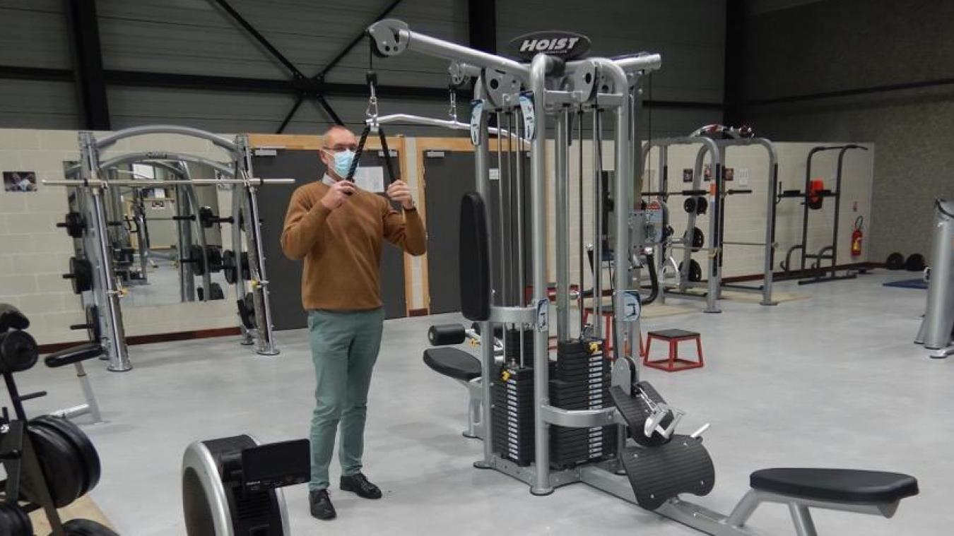 René Versmisse présente les installations de la nouvelle salle de sport.