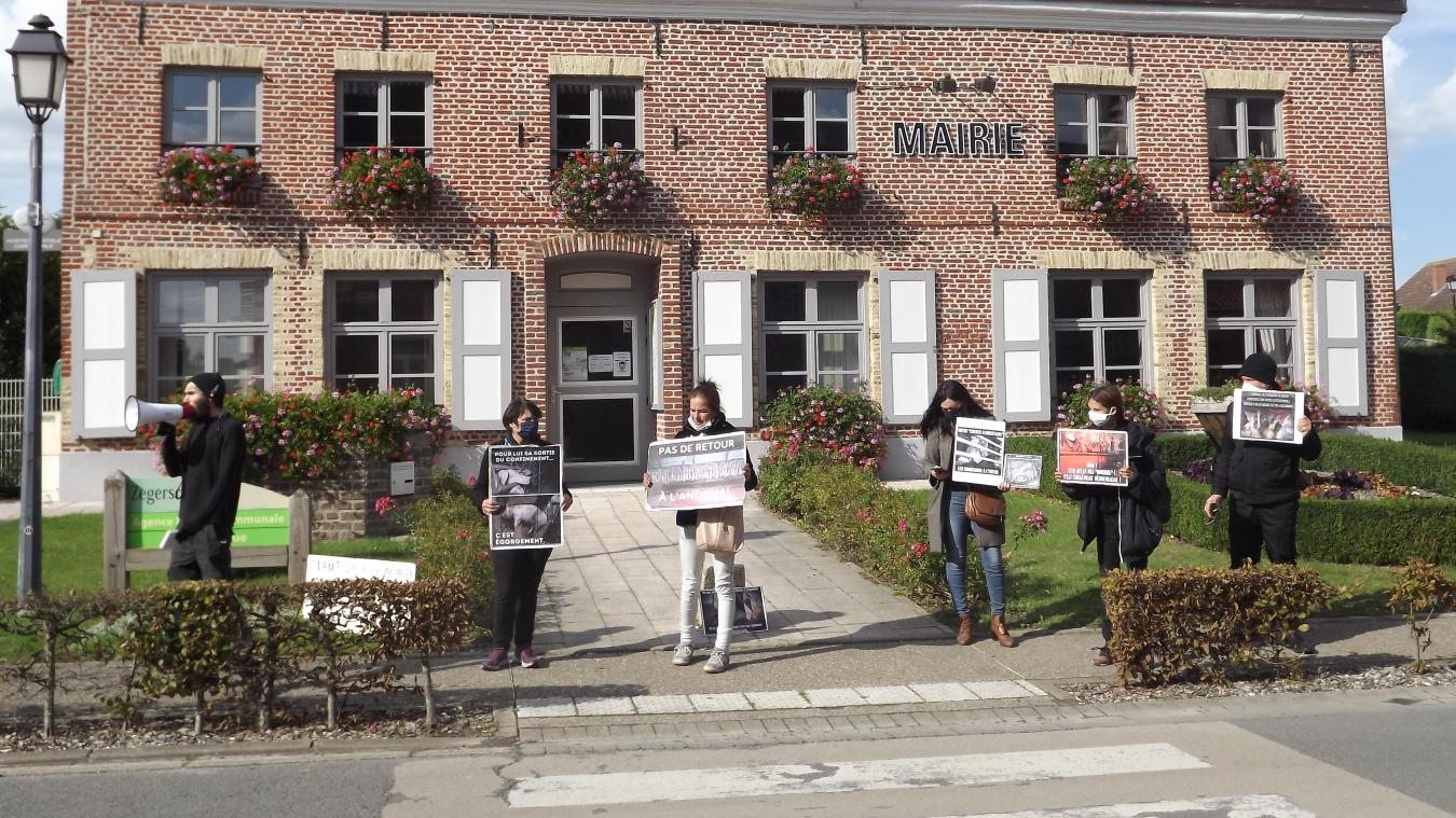Les protestants se sont positionnés juste devant la mairie.