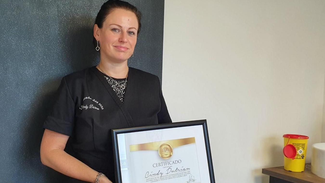 Cindy Dutriau avec son certificat.