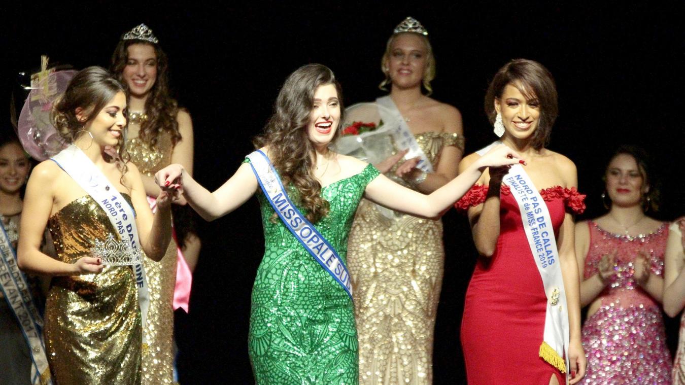 Emma Boutoille (à gauche), Miss Opale Sud 2019, lors de son couronnement l'an passé par Annabelle Varane, Miss Nord-Pas de Calais 2018.