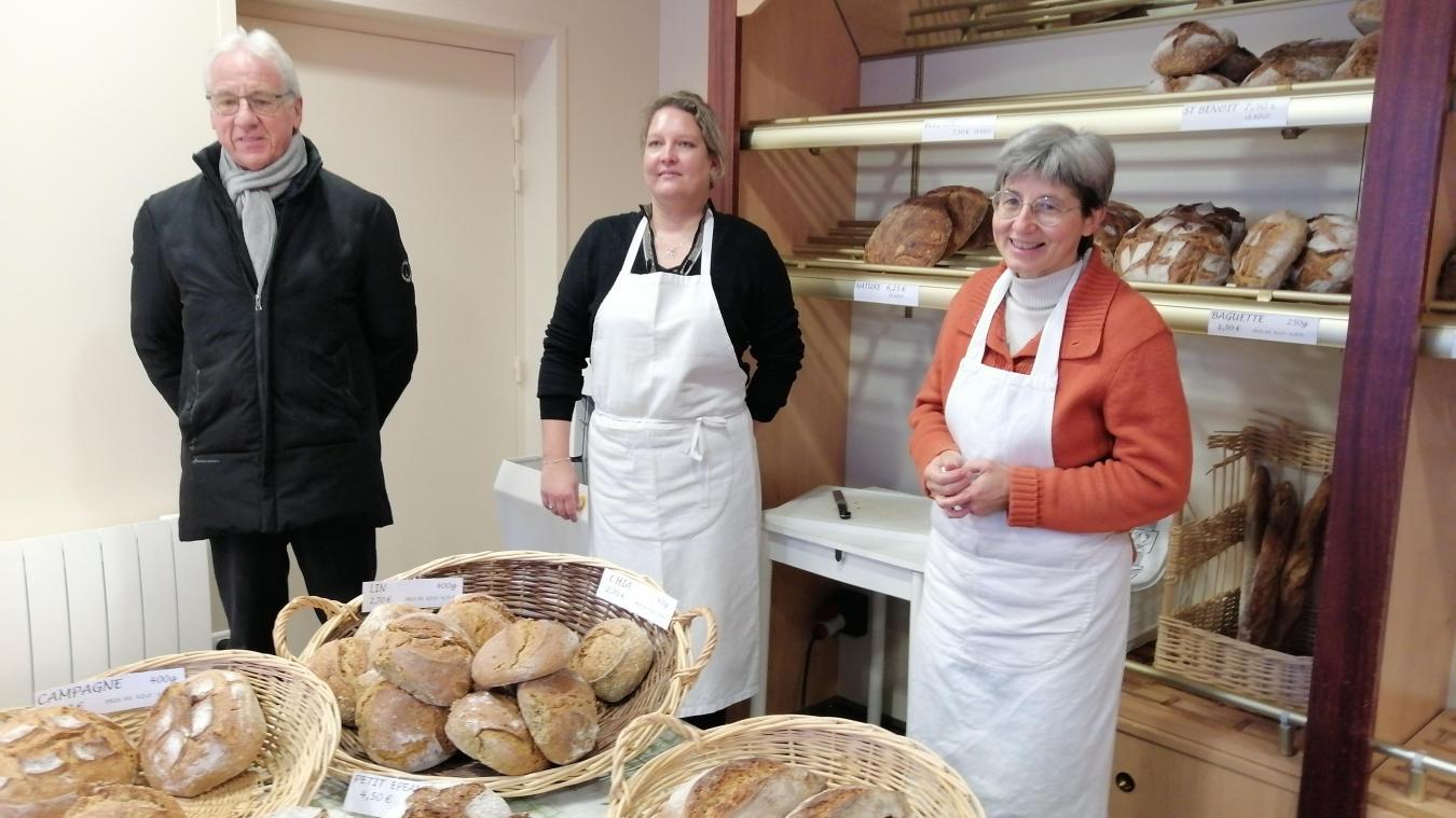 Le maire Jean-Mary Douvry aux côtés de Stéphanie et de Pascale, dans la boulangerie Les Trois Cœurs.