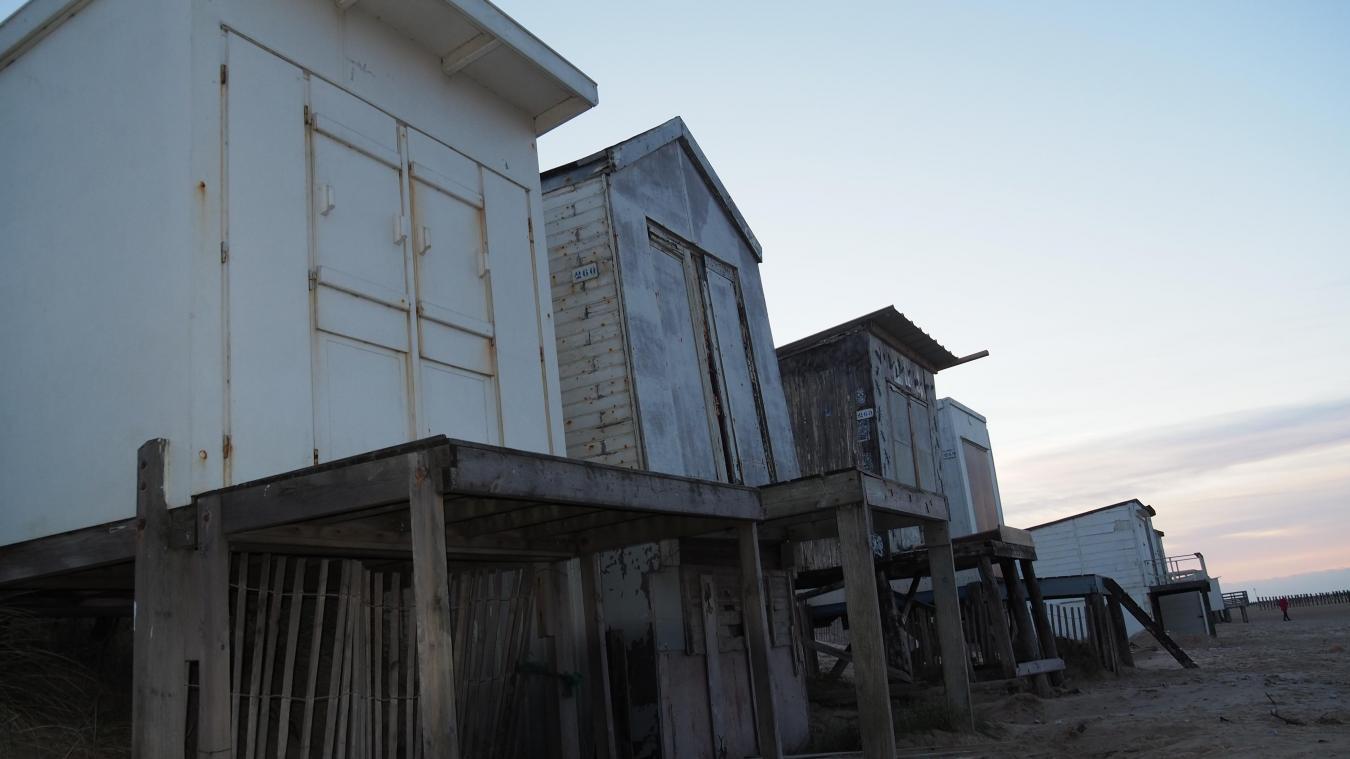 La municipalité va proposer aux propriétaires des 200 chalets de Blériot-Plage (Sangatte n'est pas concernée) de les faire démolir aux frais de l'Etat. Mais la contestation gronde.