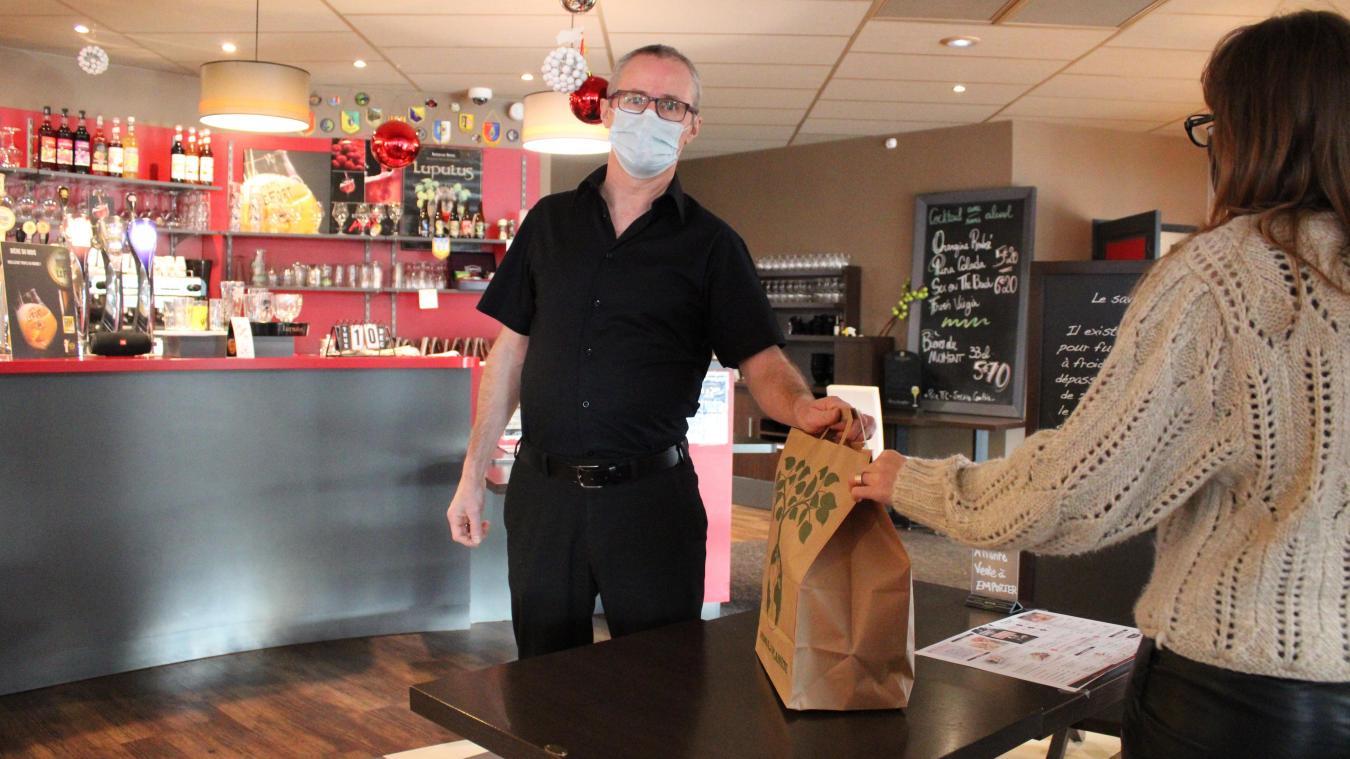 Daniel Caffery, le responsable de salle, apporte chaque jour les commandes aux clients.