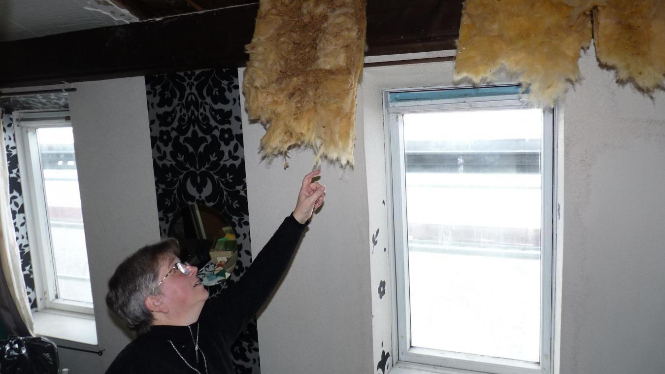 Corinne Deneux ne peut que constater les dégâts de l'humidité du plafond de sa chambre à coucher.