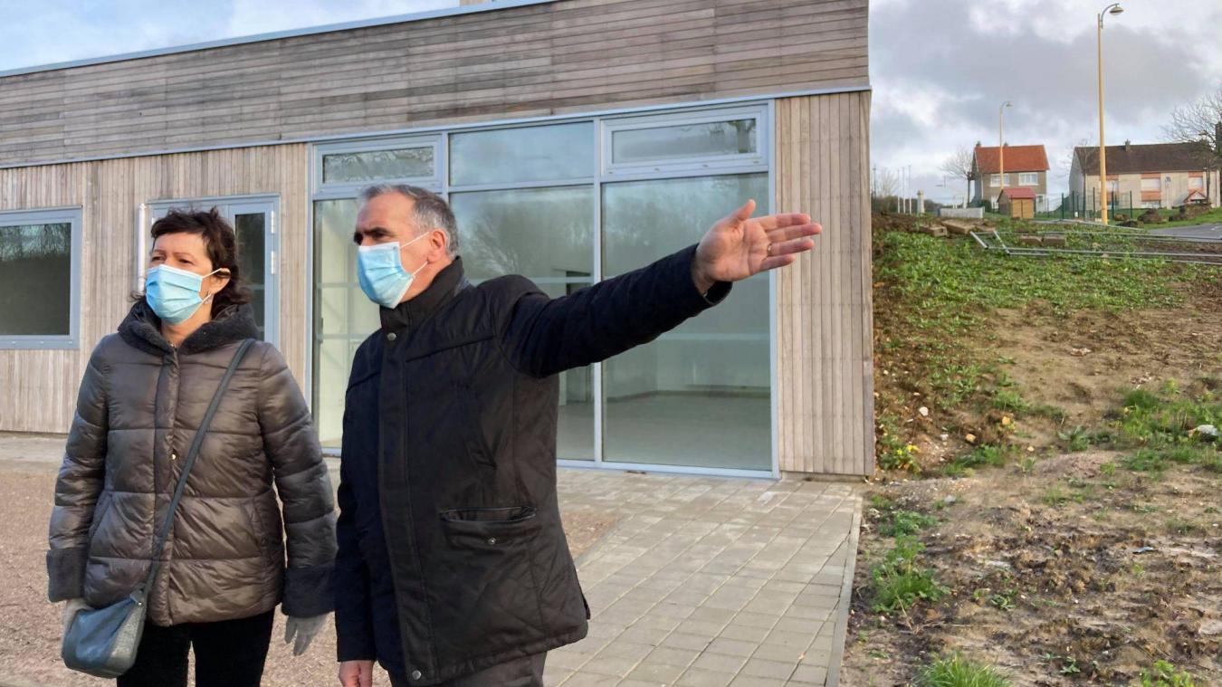 Bertrand Dumaine a pu expliqué son projet de Maison des associations à la sous-préfète Dominique Consille.
