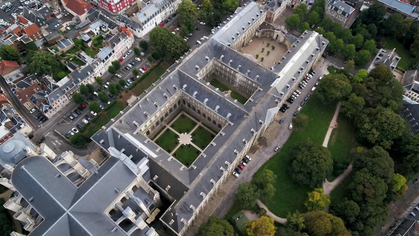 L'abbaye Saint-Vaast et ses plus de 12 500m de façades, ses 570 portes et fenêtres...
