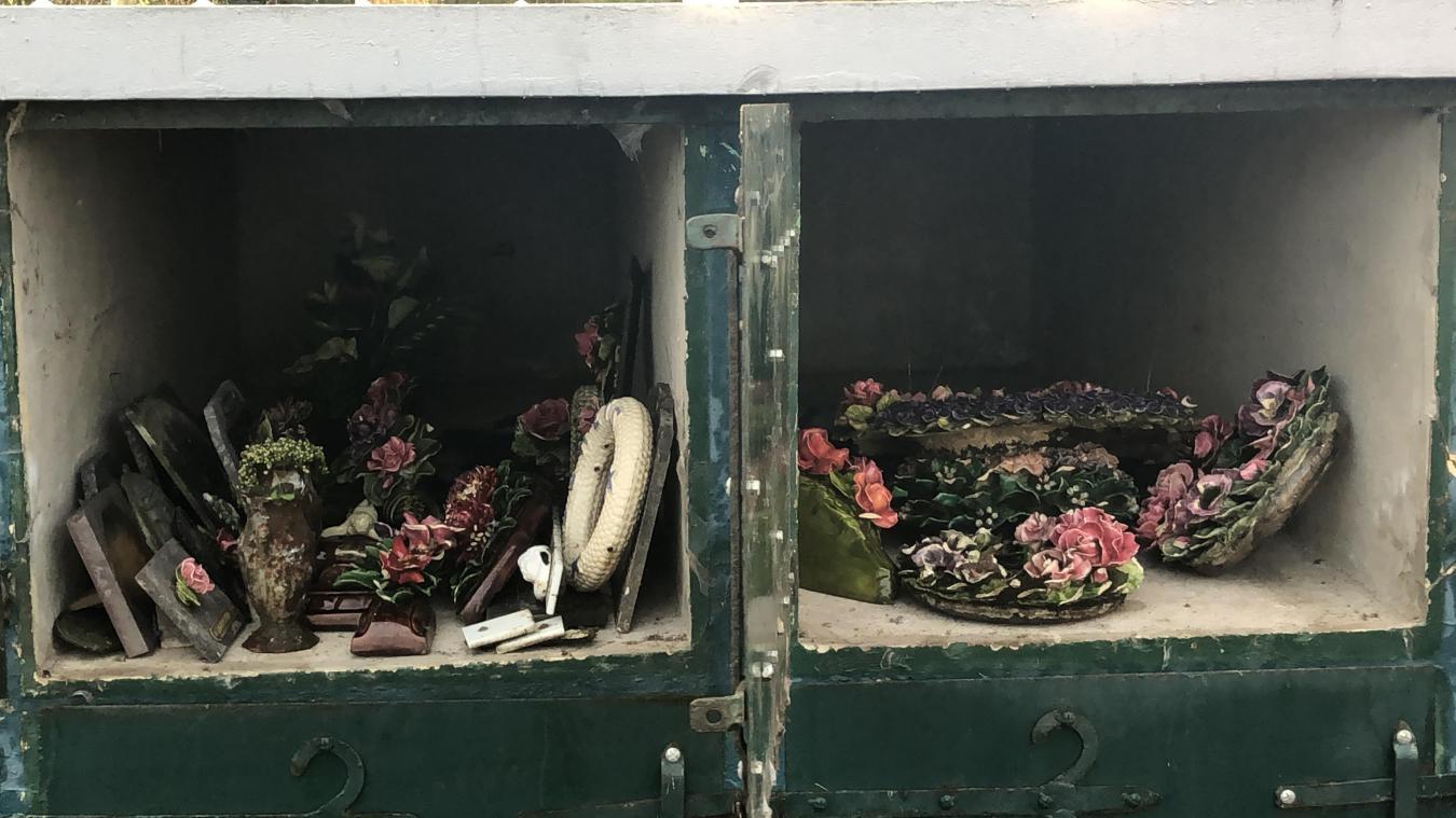 Les objets déplacés sont stockés dans les caveaux provisoires du cimetière.