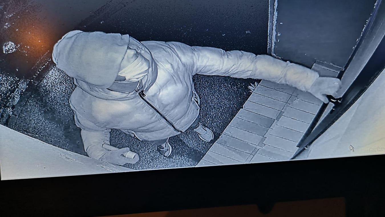 L'homme avait également une lampe torche à la main lorsqu'il a tenté de rentrer dans la maison.
