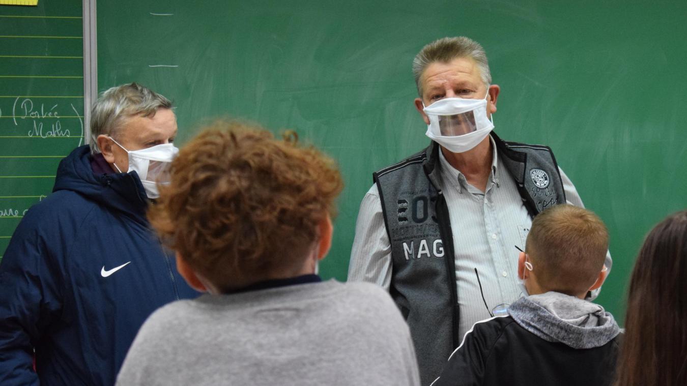 Le directeur des primaires de l'école Bruneel a immédiatement testé son masque, à peine reçu. Il a demandé à ses élèves quel était l'intérêt d'avoir ce type de masque.