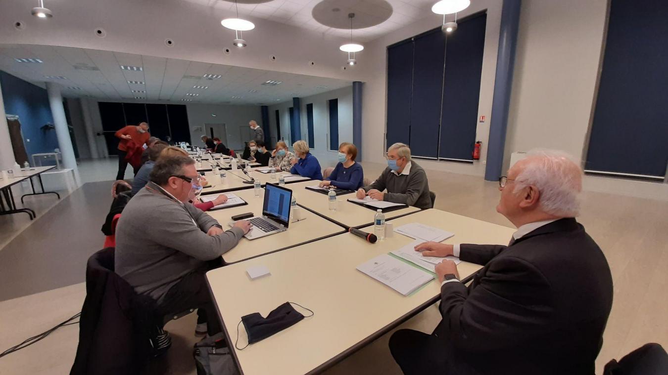 Dans l'espace Saint-Exupéry, le maire et les élus d'oppositions ont eu des échanges houleux d'un bout à l'autre de la table du conseil municipal.
