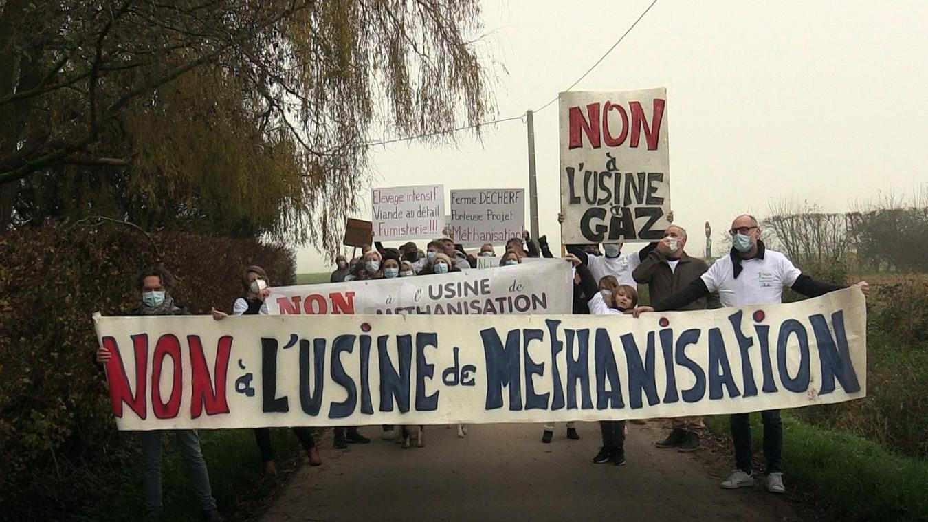 Depuis la découverte du projet d'unité de méthanisation fin 2018, l'opposition ne faiblit pas. Fin novembre, une cinquantaine de personnes manifestaient devant l'un des porteurs de proejt: la ferme Decherf à Bailleul.