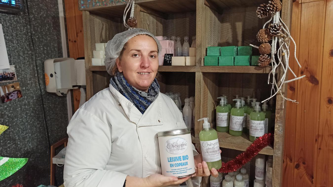 Sandrine Leclercq présentant la gamme de cosmétique fabriquée avec le lait des chèvres du bois de Noulette