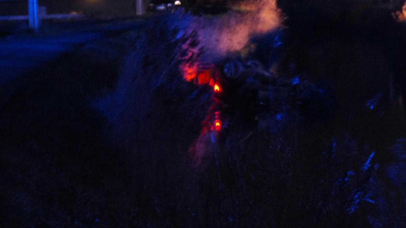 L'accident s'est produit au hameau du Pont d'Oye à Nouvelle-Église vers 19h30. La voiture, avec à bord trois personnes, a fini sa trajectoire dans la rivière d'Oye.