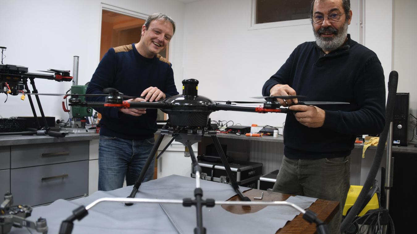 Cyril Thery, de Solution by drone, et Eduardo Soares, de DK drone, ont développé le projet ensemble. Leur prochain objectif: un drone capable d'aller dans les canalisations.