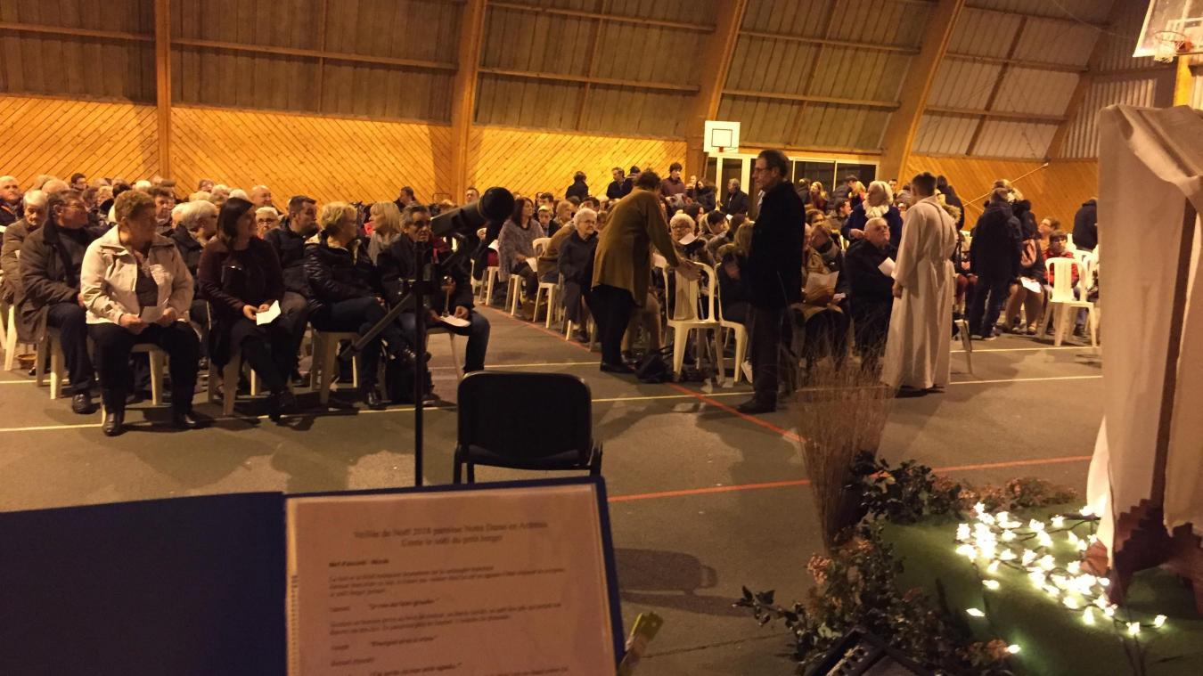 La traditionnelle messe de Noël avait lieu à l'écogymnase et rassemble habituellement 500 personnes.