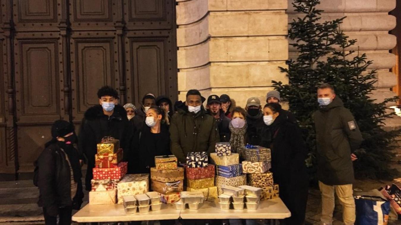 Brahim est entouré des bénévoles lors d'une maraude du jeudi soir.