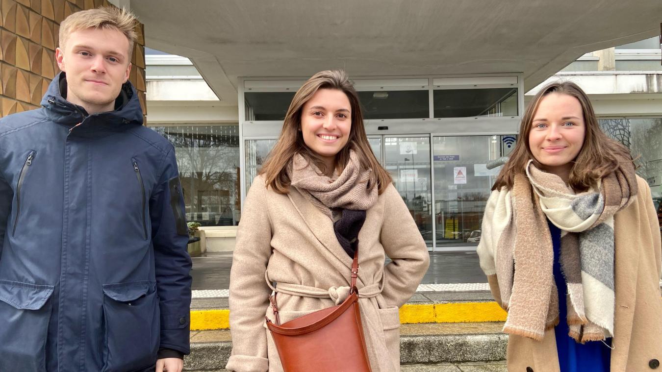 Mathilde (au centre) espère pouvoir partir avec ses deux camarades de classe.
