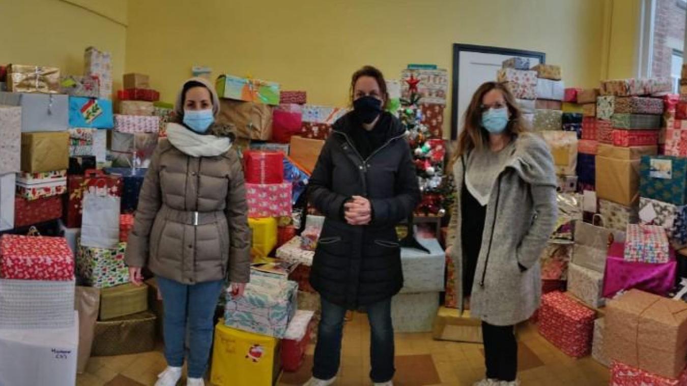 Julie, Sandrine et Marie-Laure lors de la remise des 426 calendriers de l'avent inversés au FIAC, vendredi 18 décembre.