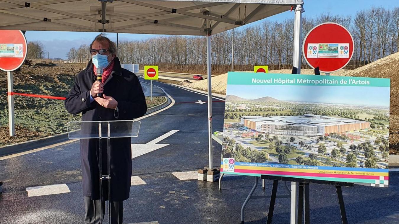 Bruno Donius devant la nouvelle voie d'accès et à côté de la projection du futur hôpital.